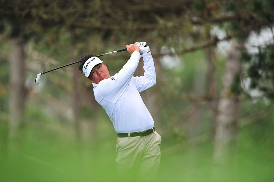 Charlie Wi shot a three-under 69 at Spyglass Hill to stay in the lead.