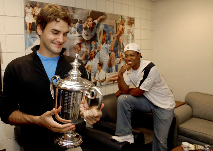 Roger Federer poses with his 2006 U.S. Open trophy after defeating Andy Roddick while Tiger looks on