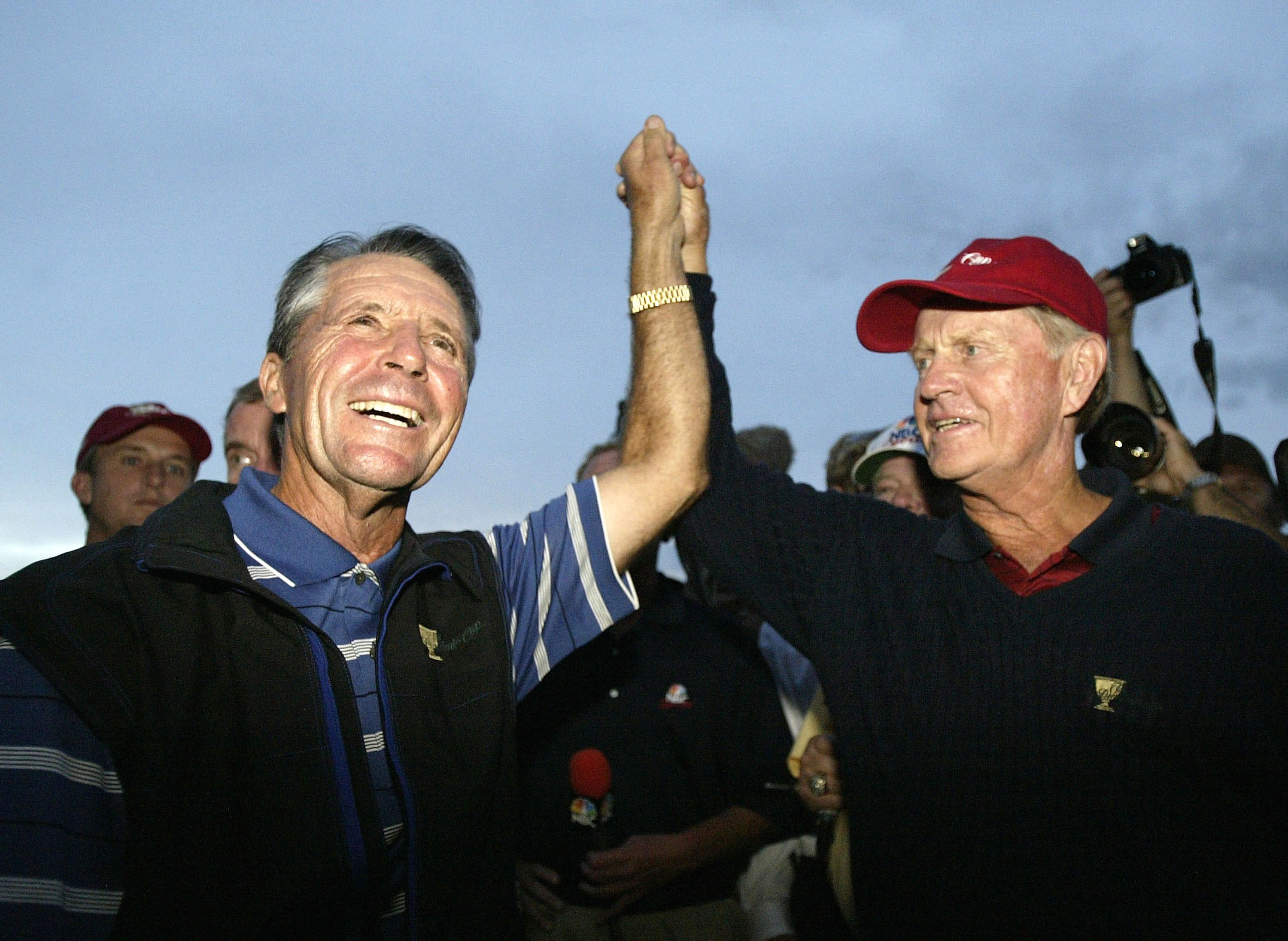 USA Captain Jack Nicklaus and International Team Captain Gary Player raise each others hands in ending the match in a 17-17 draw during the final round of the 2003 President's Cup.