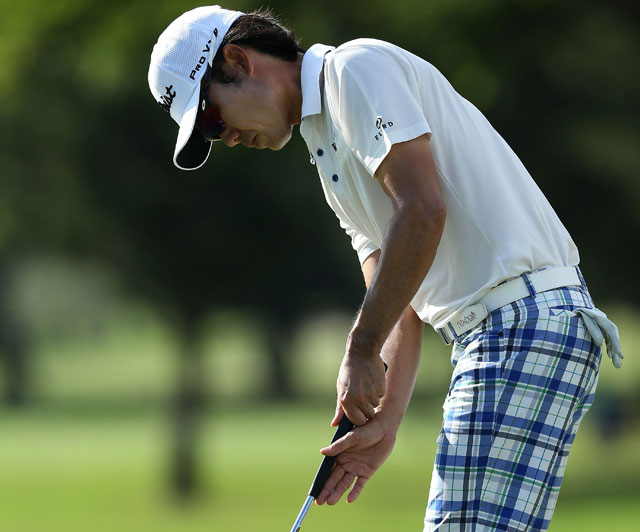 Kevin Na switches to the claw grip inside 20 feet - or so.