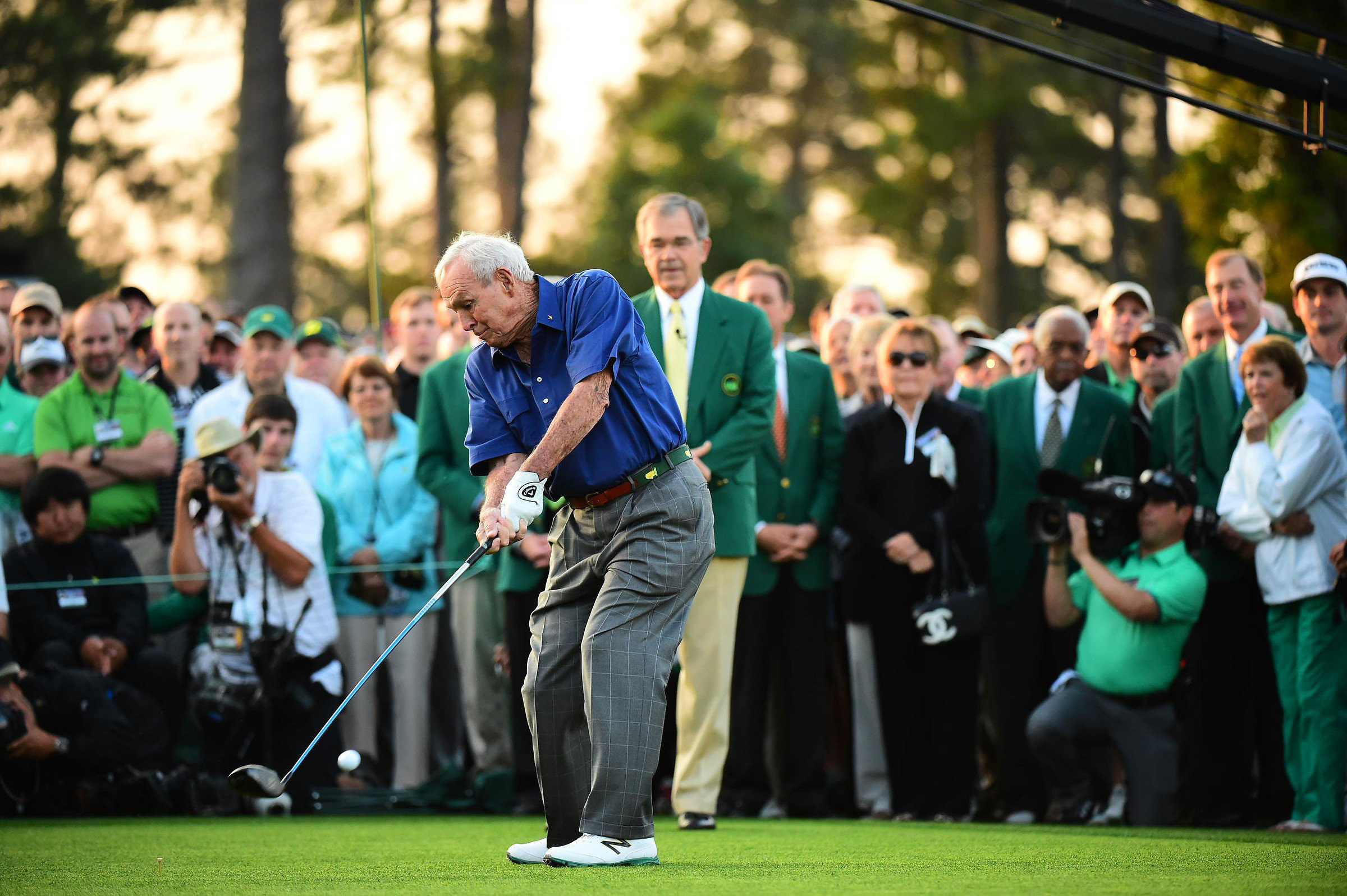Arnold Palmer hits his tee shot at the 2015 Masters.