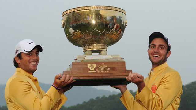 talians Francesco Molinari (L) and Edoardo Molinari hold the trophy after winning the World Cup at Mission Hills in Southern China on November 29, 2009.