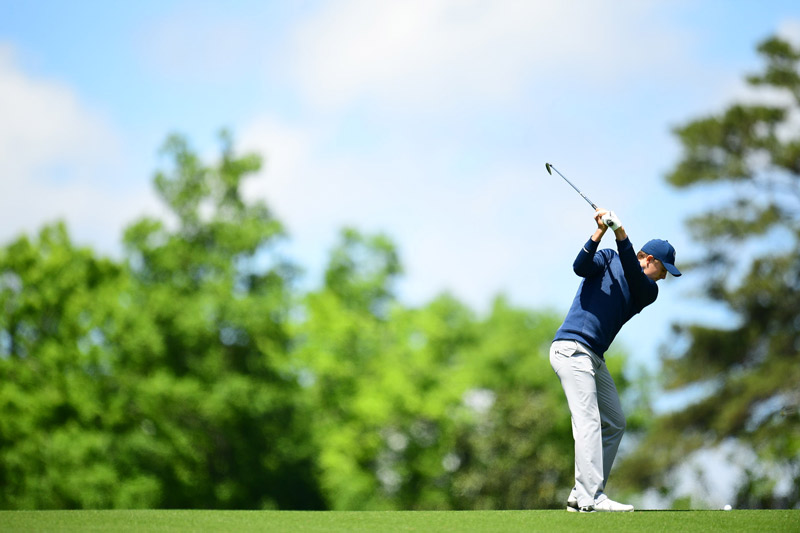 Jordan Spieth had a tough time with the wind on Friday but still holds a one-shot lead heading to the weekend.