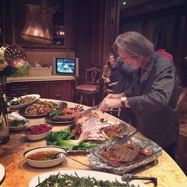 Such an amazing thanksgiving dinner, thank you @mohamedhadid for cooking all this incredible food! @gigihadid