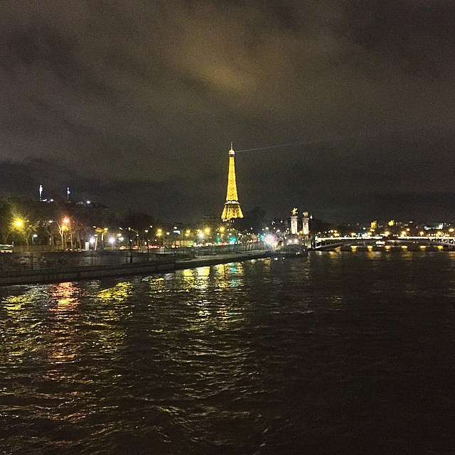 Night walk by the Seine river .... #paris #seine #riosena #caminhadanoturna #stunning #view #eiffeltower #goodnight #boanoite