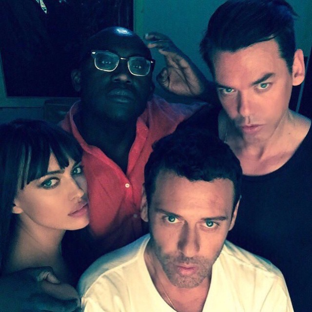 Working with the dream team @mertalas @macpiggott @edward_enninful #selfietime @thelionsny @alikavoussi #louiechaban @xtran