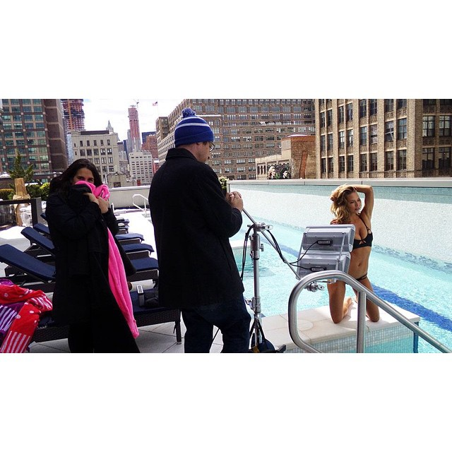 How does @hannahfergusonofficial manage to look so gorgeous and warm, while the @si_swimsuit staff look frozen. Bet you didn't know this was shot in 37 degrees! Go to Swim Daily to check out BTS shots from our #SISummerSwim.
