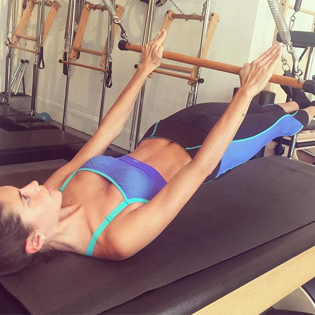 Pilates became one of my favorite workouts. I used to have such bad back pain, and it's pretty much all gone. Leans, strengths and give you great abs :p @victoriassecret @victoriassecretsport #VSX #trainlikeanangel @thelionsny @grasshopperpilates