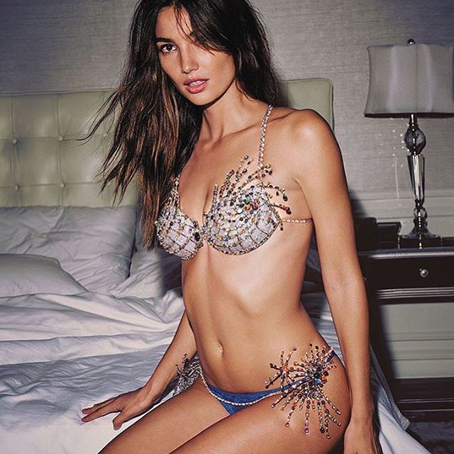 Hey LA!!! The secret is out! Come meet me and see the 2015 Fantasy Bra in Santa Monica today. I'll be signing autographs at the Third Street Promenade Victoria's Secret store from 3-4PM #VsFashionShow2015 #DreamComeTrue #ComeSayHi