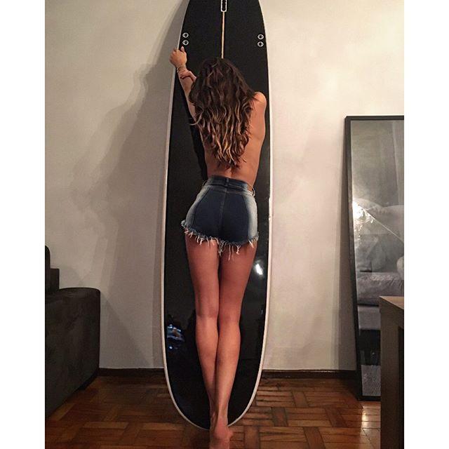 #BodyByIza Indoor surfing !! Good morning São Paulo!! When doing fittings with fashion stylist friend @dudufarias ... It Always ends with a photoshoot hahah Bom dia SP!! Fazendo prova de roupas hoje com meu amigo stylist @dudufarias .... Sempre termina em sessão de fotos hahaha #brasil #work #fitting #friends #goodtimes
