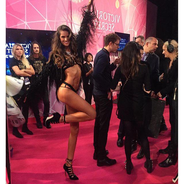 The big day has come!! Don't miss the sexiest night on television!! TONIGHT 10/9c on #cbs !! O grande dia chegou!! Hoje à noite o desfile da @victoriassecret vai ao ar nos Estados Unidos na #cbs !! #airstonight #excited #cantwait #fun #night #ahead #vsfashionshow
