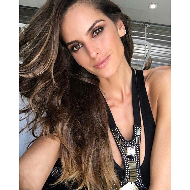 On set!! Excited for today's photo shoot!! Fresh make up look by @rodrigocosta No set!! Animada para as fotos de hoje!! Beauty by @rodrigocosta #brasil #rj #photoshoot #upcomingsoon