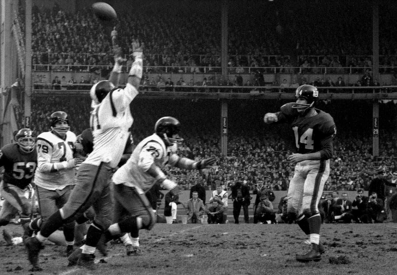 27 of 39 for 505 yards and seven touchdowns in a 49-34 win over the Washington Redskins at Yankee Stadium in the Bronx, N.Y.