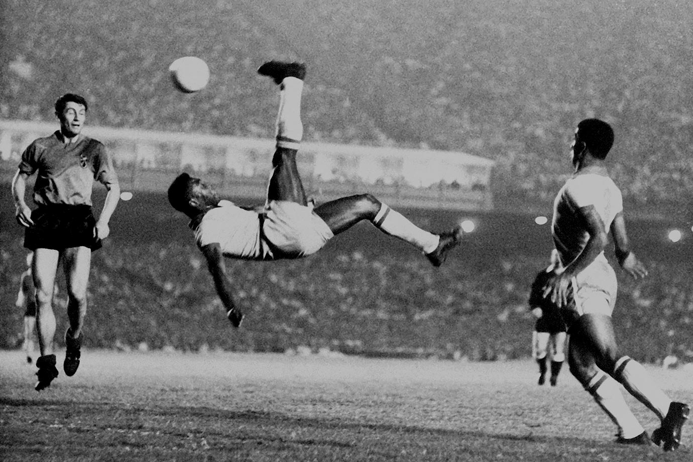 Pelé demonstrates the proper bicycle kick technique during a contest in 1968.