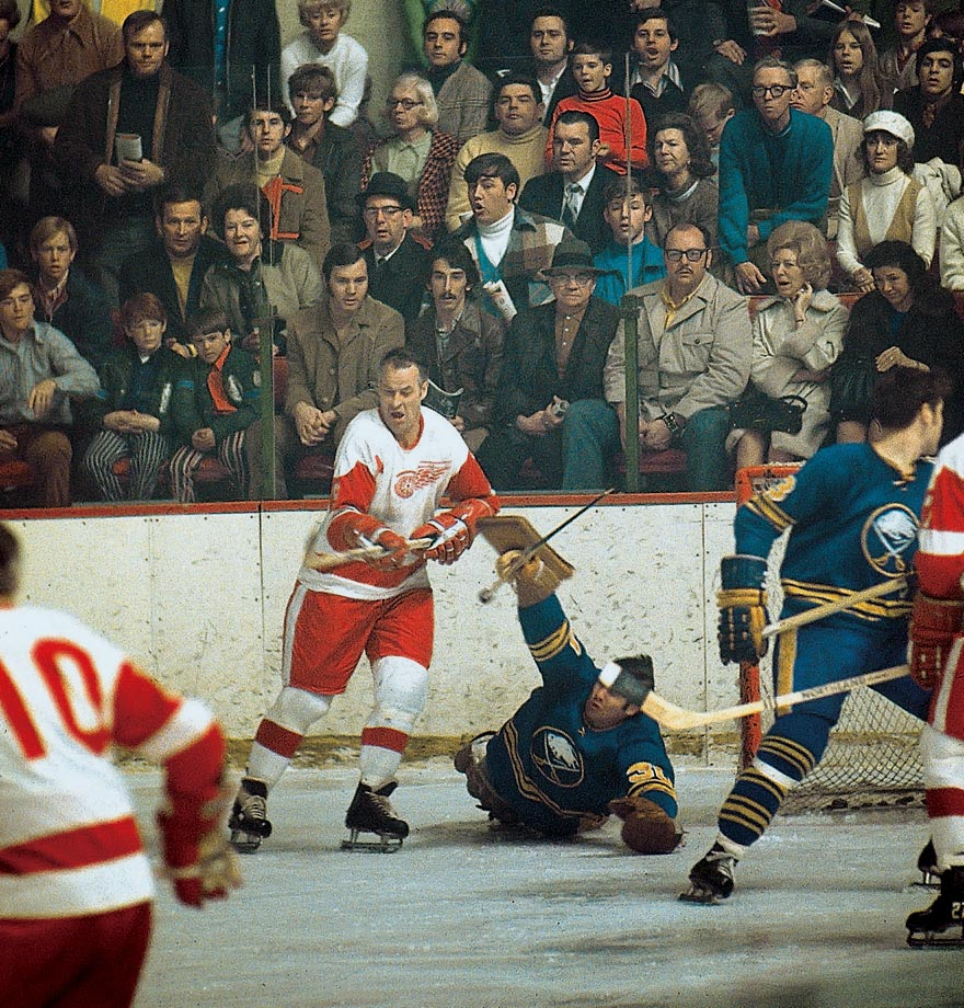 Gordie Howe looks poised to score against Buffalo Sabres goalie Joe Daley. The 1970-71 season was his last with Detroit.