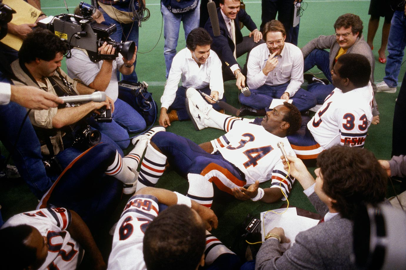 Walter Payton and Calvin Thomas relax as they talk to reporters during Super Bowl XX Media Day.