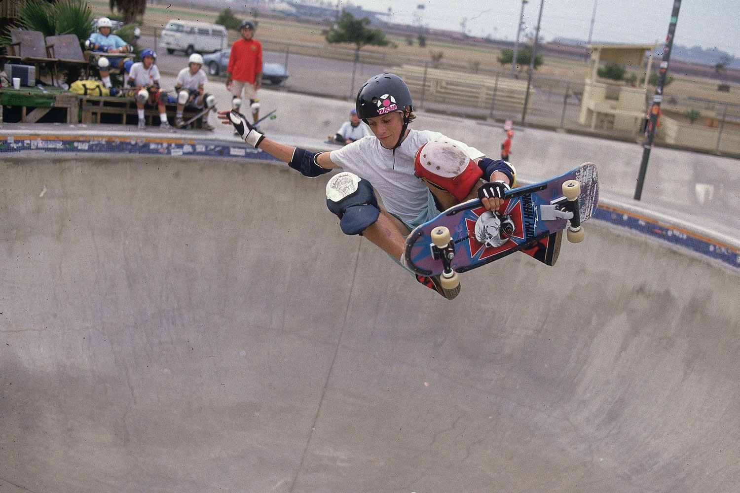 Tony Hawk flying in and out of the bowl at a skateboarding competition back in 1986.