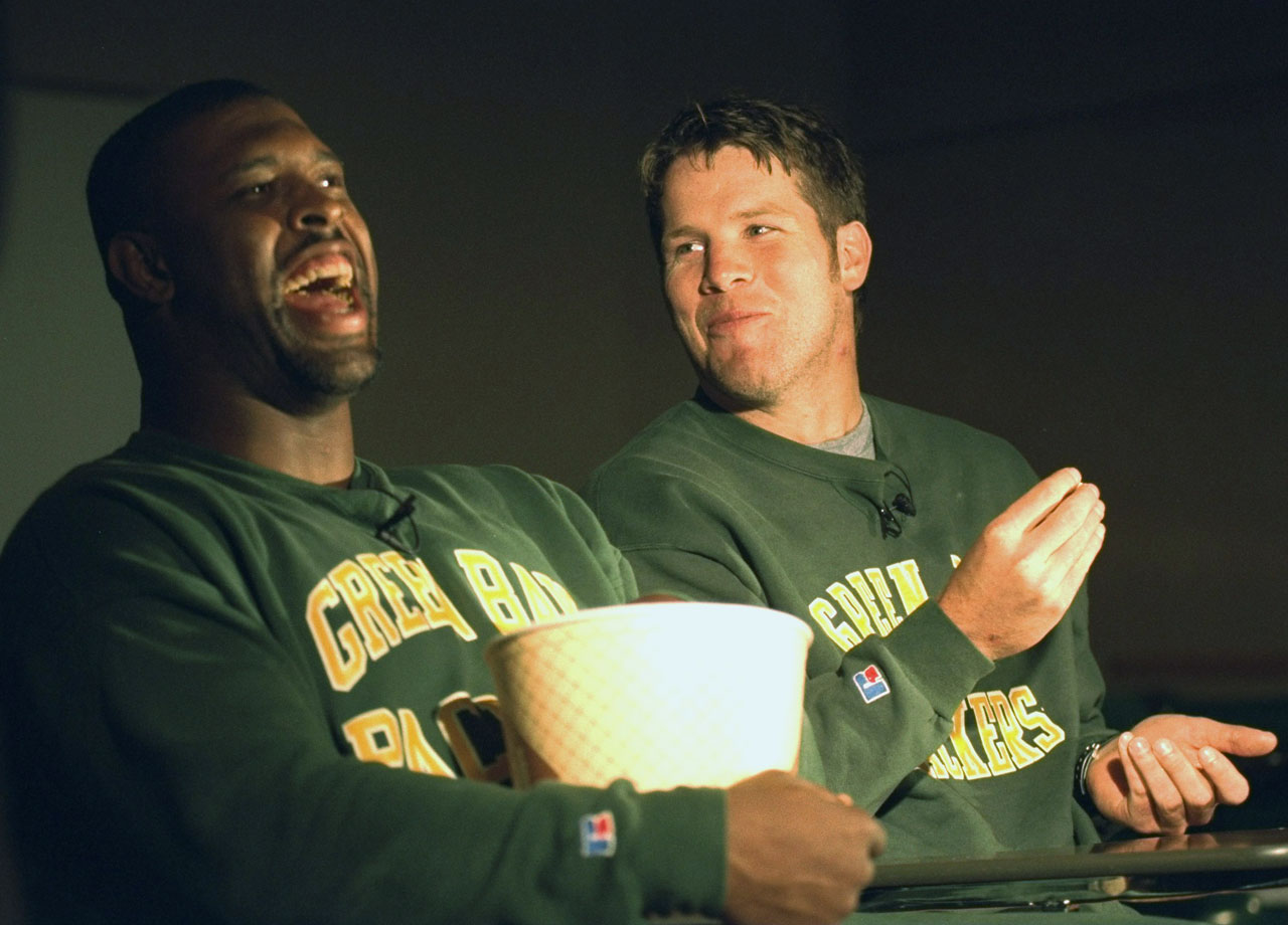 Green Bay Packers DE Reggie White and QB Brett Favre eat popcorn during a meeting at Don Hutson Center on Oct. 20, 1995 in Green Bay, Wis.