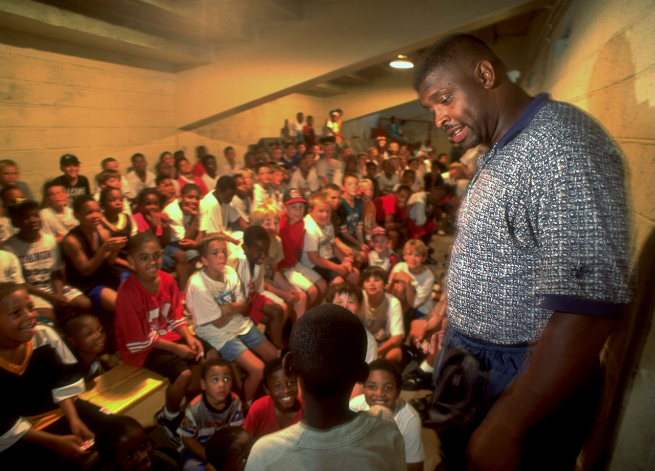 Green Bay Packers DE Reggie White gives an inspirational talk to children at Reggie and Raleigh McKenzie football camp on June 20, 1996 in Knoxville, Tenn.