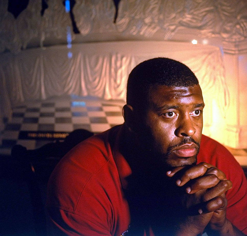 Green Bay Packers DE Reggie White prays in front of a mural of The Last Supper on June 20, 1996 in Knoxville, Tenn.