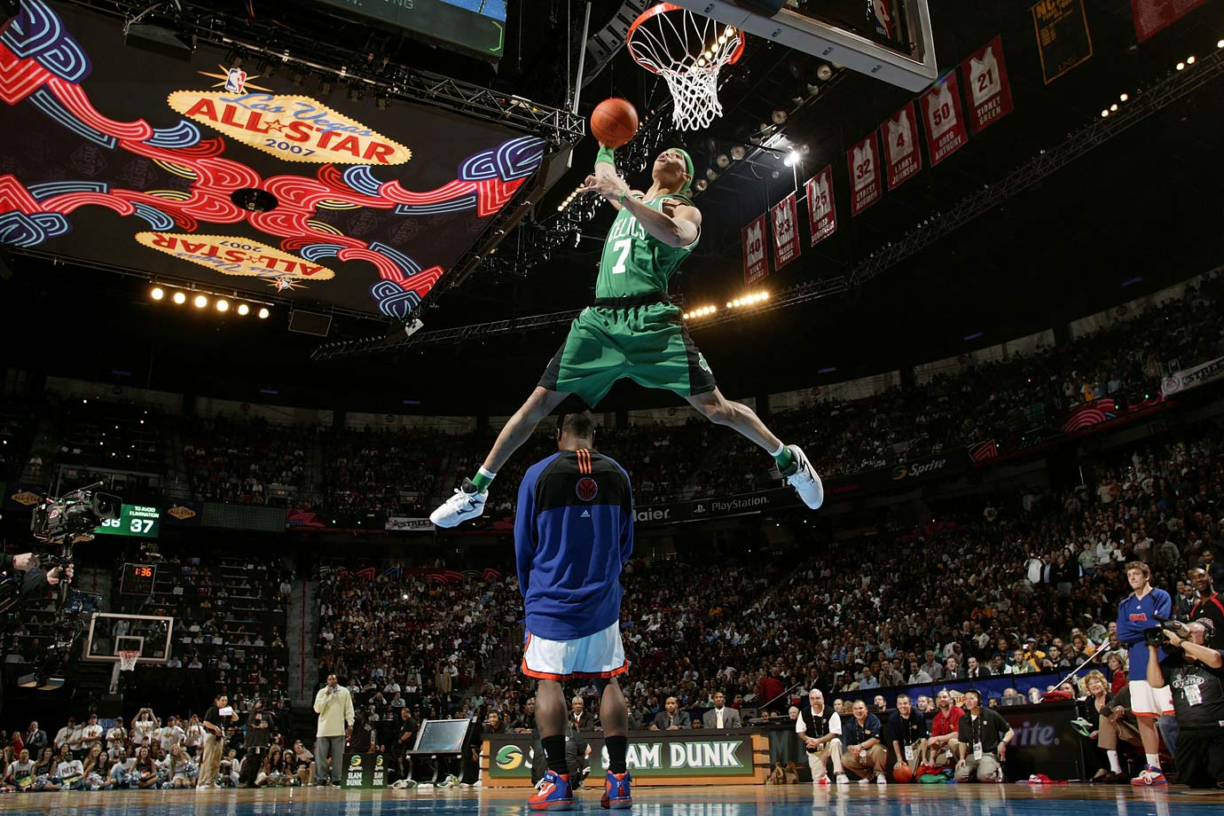 The Boston swingman paid homage to 1991 champion Dee Brown by shielding his eyes during one spectacular dunk. Green first donned Brown's No. 7 Celtics jersey and jumped over fellow competitor Nate Robinson before completing the one-handed jam.