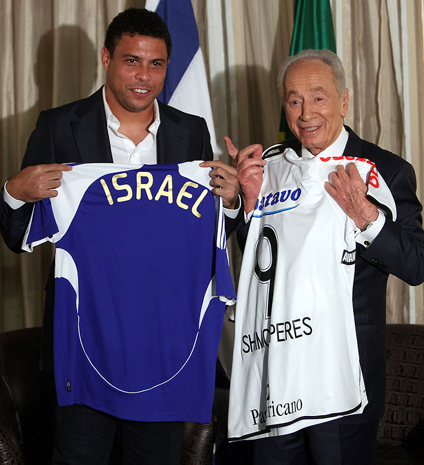 In a long standing soccer tradition, Ronaldo exchanges his Corinthian's jersey with Israel's president Shimon Peres' Israel national soccer team jersey.