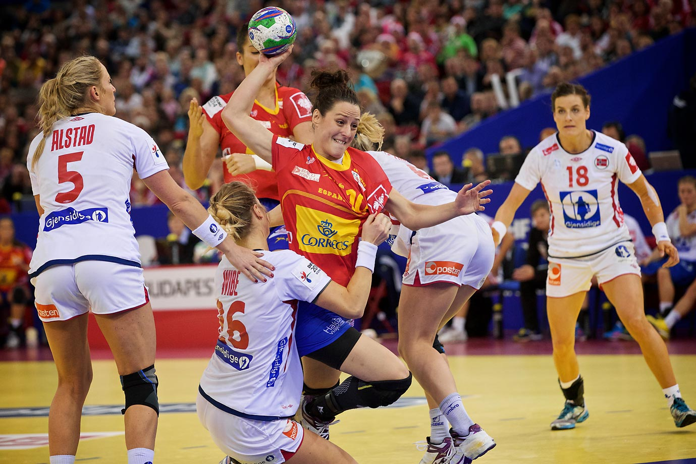 Spain's Macarena Aguilar breaks through Norway's defense in the championship game.
