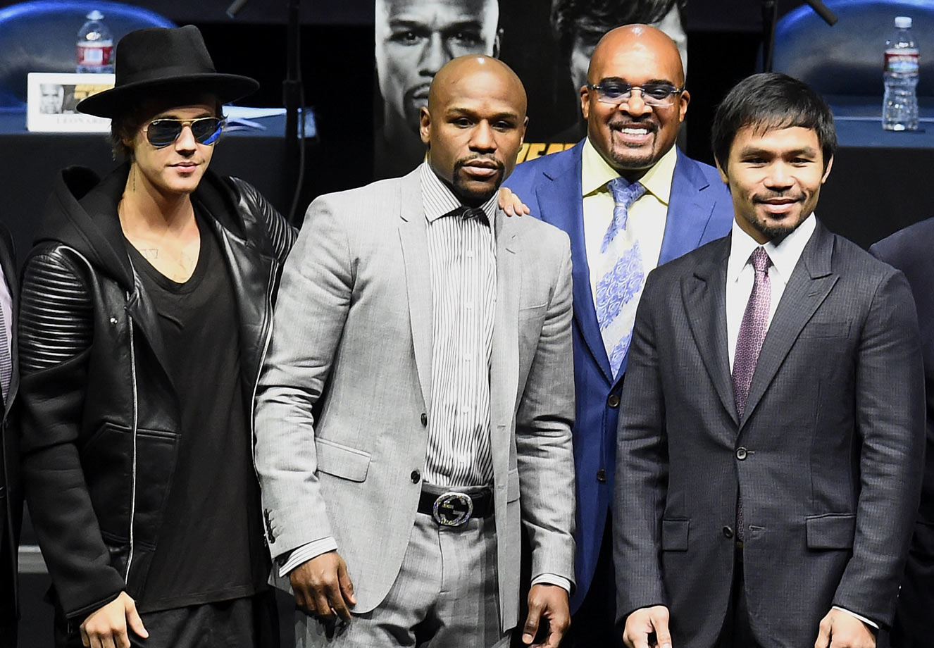 Justin Bieber poses with Floyd Mayweather Jr., CEO of Mayweather Productions Leonard Ellerbe, and Manny Pacquiao during the Floyd Mayweather vs. Manny Pacquiao Press Conference on March 11, 2015 at Nokia Theatre L.A. Live in Los Angeles.