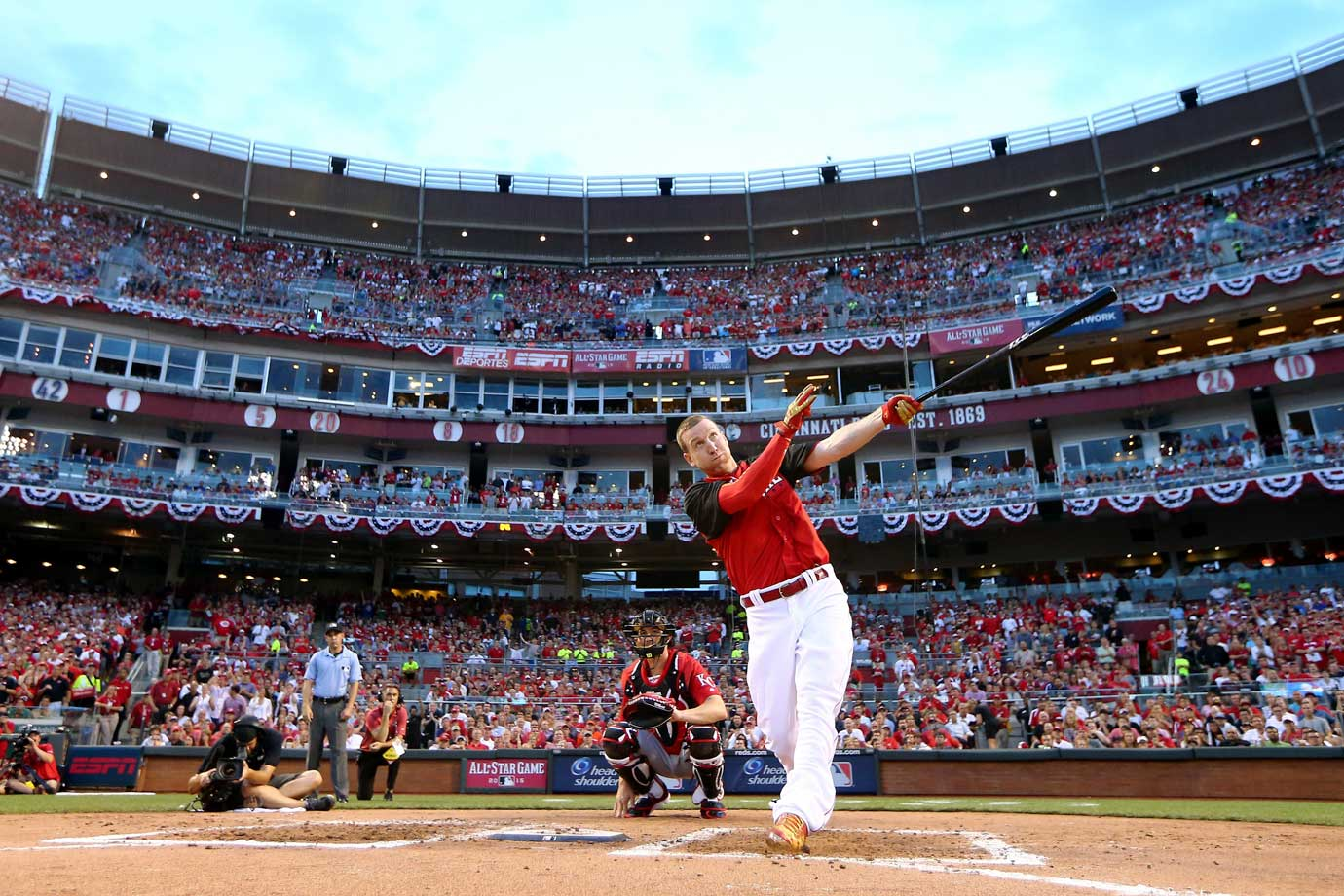 In the first year with timed rounds, it came down to the wire. Playing in front of his home fans at Great American Ball Park, Todd Frazier crushed one to the seats in left centerfield on his first bonus-round swing in the final round, giving him a 15–14 win over Dodgers rookie Joc Pederson. A year after falling short in the final, the Reds third baseman walked away with the hardware this time, becoming just the second player to win in front of his home crowd, joining the Cubs' Ryne Sandberg (1990) in that category.
