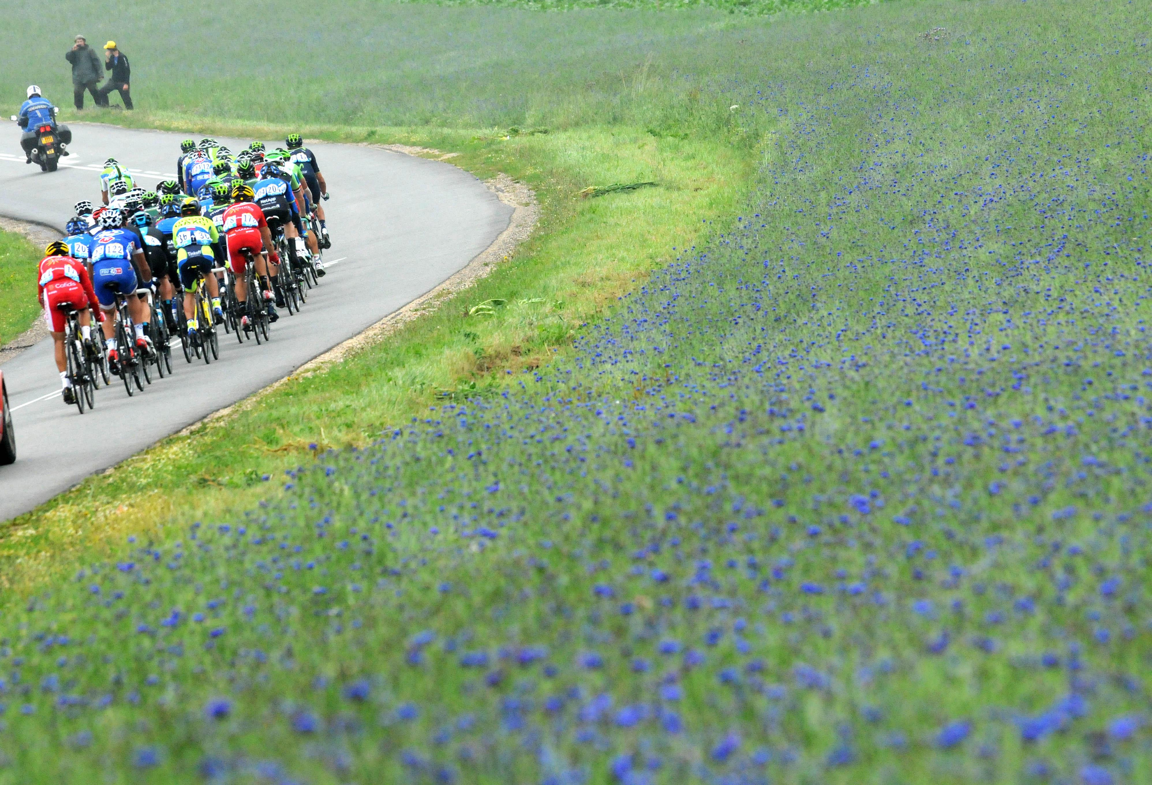 "Peloton on ""Chemin des dames"" during Stage 6 of the Tour de France."