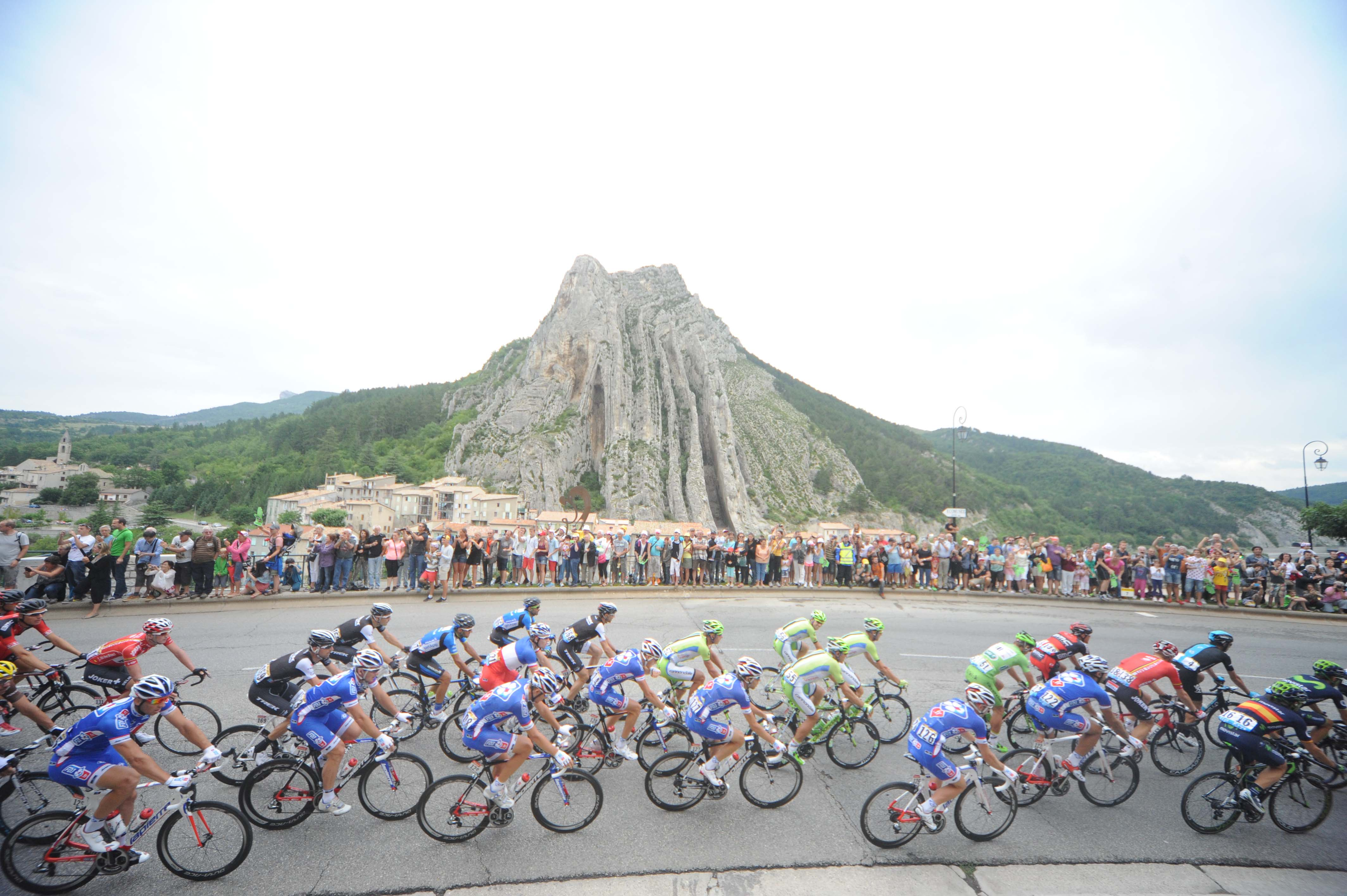 Peloton in Sisteron during Stage 15.