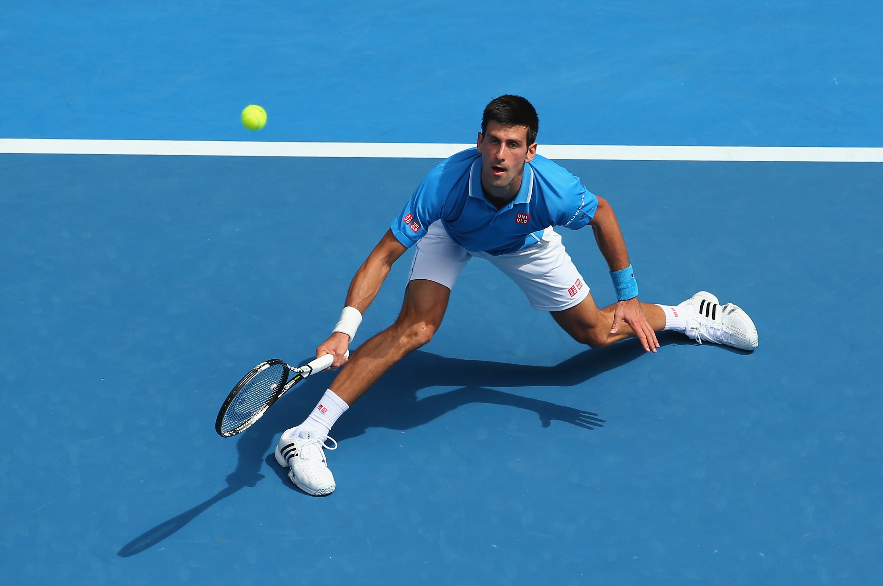 Djokovic has been alternating between a white shirt and a blue shirt. A boring and disappointing offer from Uniqlo.