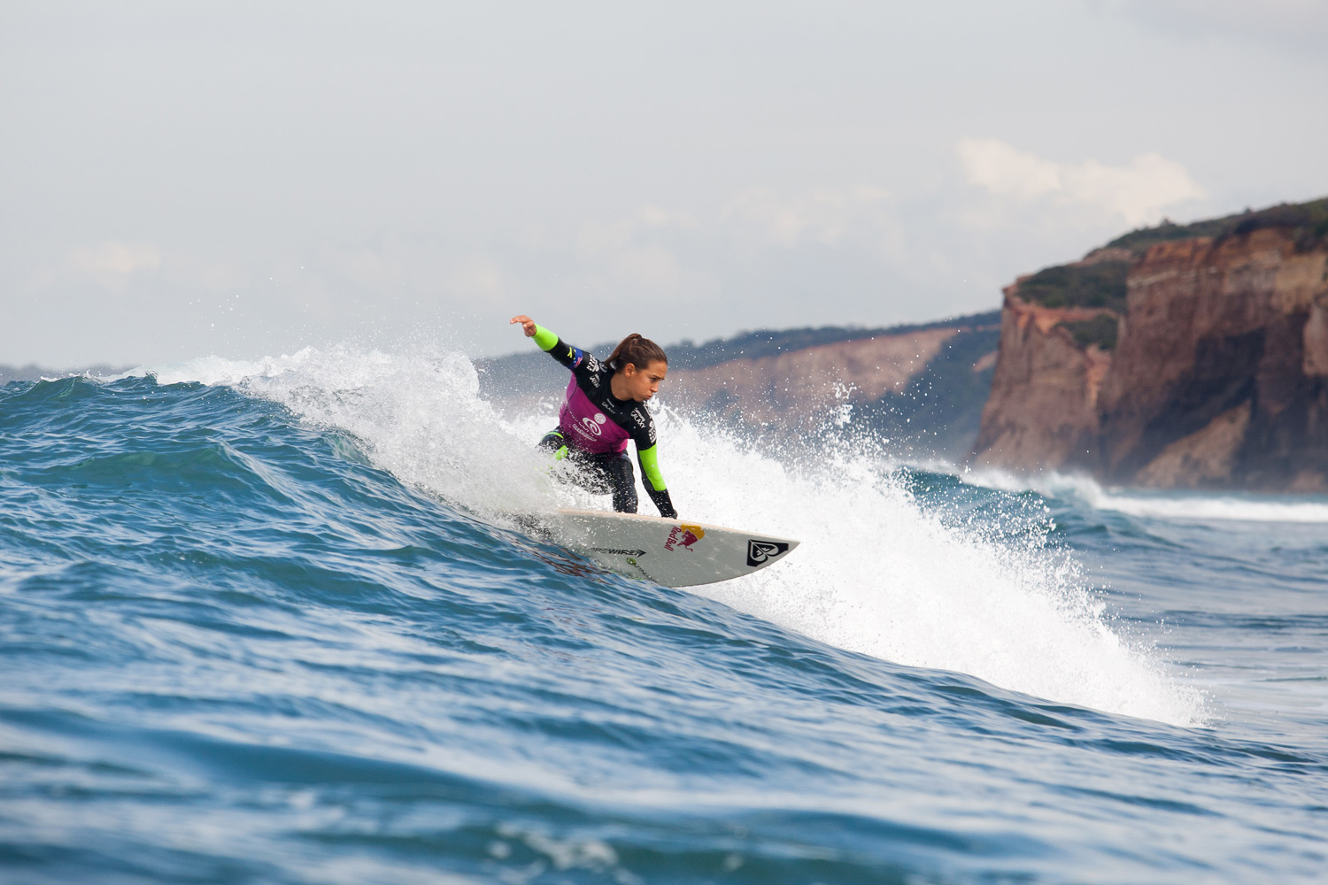 As the heat came to a close, Sally Fitzgibbons pulled out the win to advance into Round 3 of the Rip Curl Pro Bells Beach.
