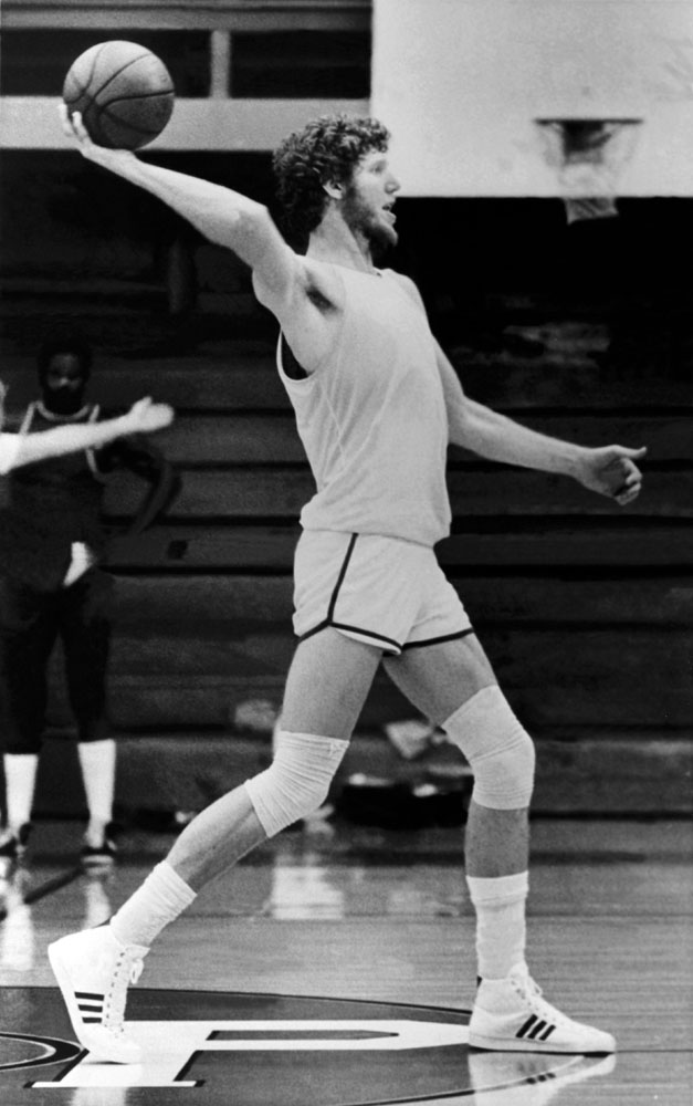 Bill Walton throws a long pass during a practice session at the Memorial Coliseum circa 1978 in Portland, Oregon.