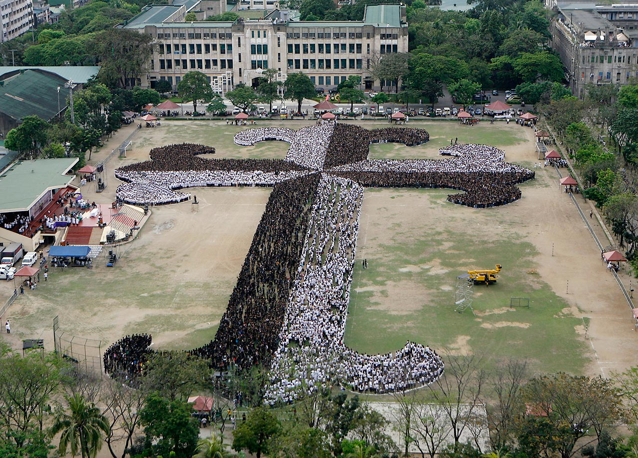 Over 24,000 Filipino students set the record for largest human cross in Manila to celebrate Ash Wednesday.