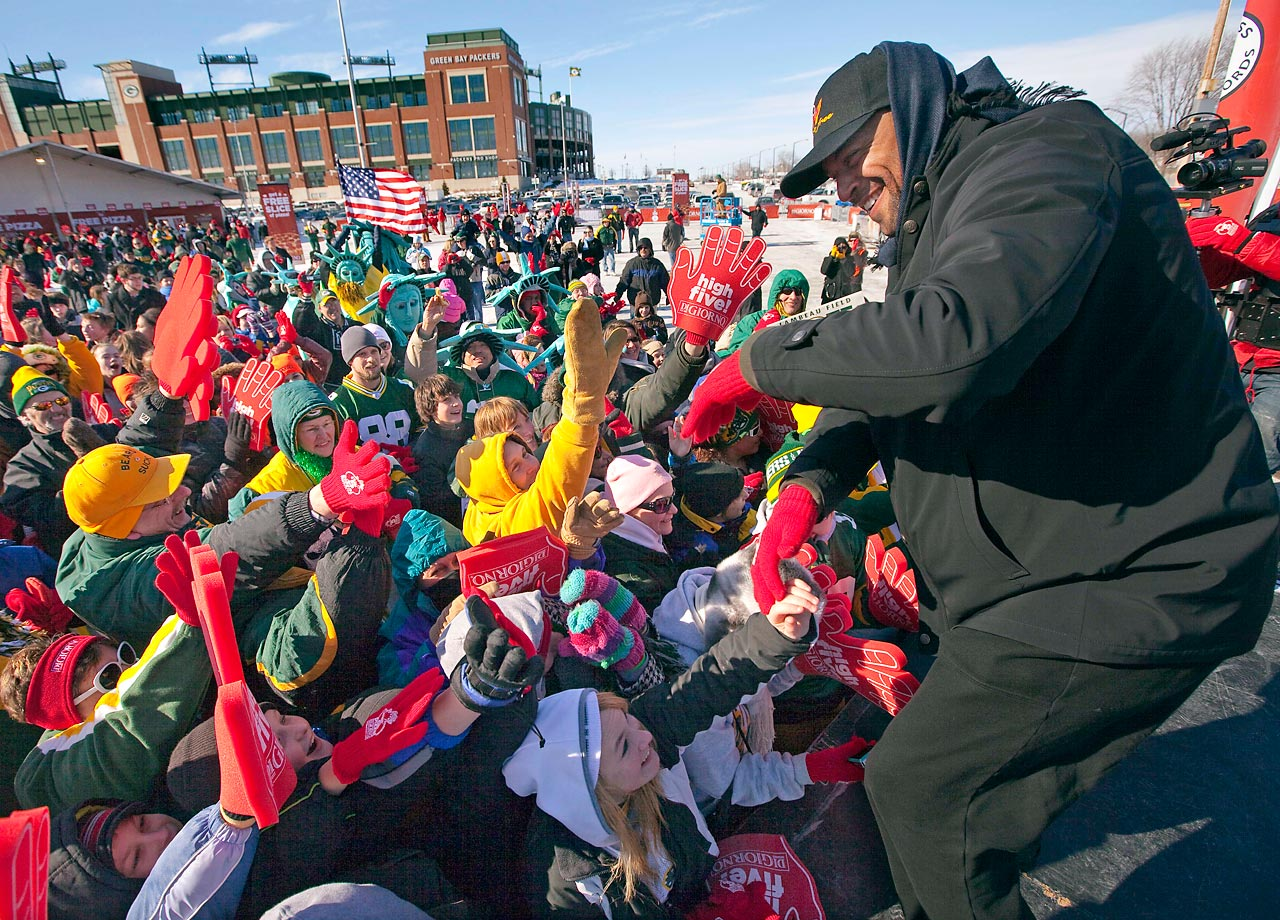 Former Green Bay Packers wide receiver Antonio Freeman helps fans at Lambeau Field set the record for most simultaneous high fives. University of British Columbia undergrads would break the record with over 3,200 simultaneous high fives in September.