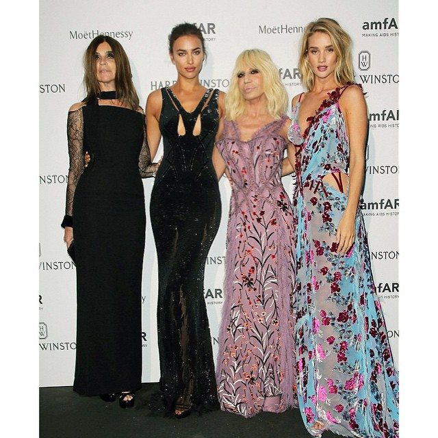 Last weeks #amfAR dinner @versace_official @carineroitfeld @rosiehw #TeamDV