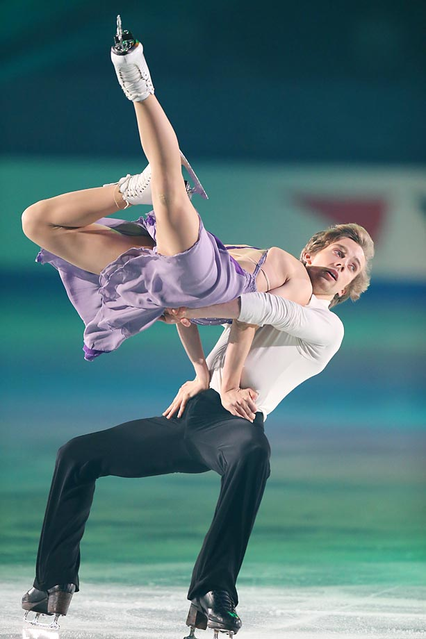Kaithlin Hawayek and Jean-Luc Baker perform something you shouldn't try at home, at the ISU Grand Prix of Figure Skating in Japan.