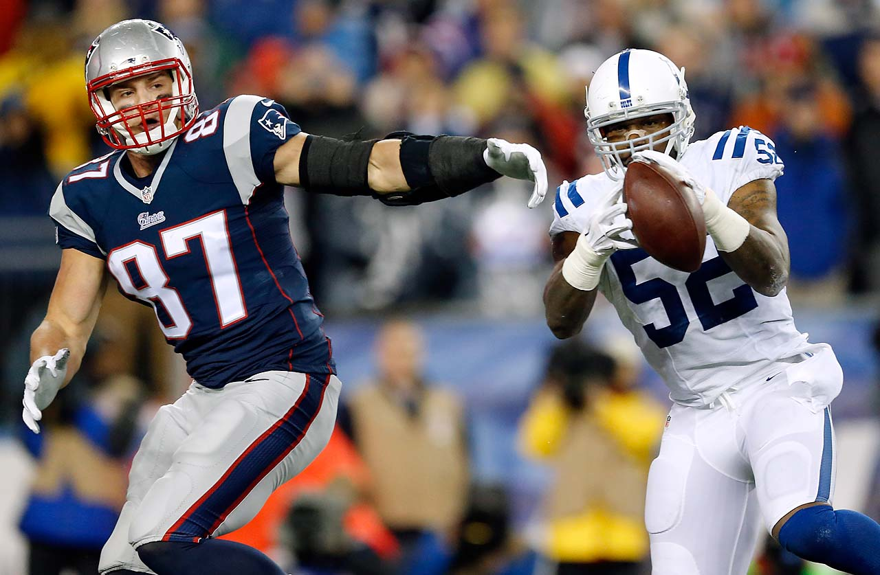 D'Qwell Jackson intercepts a pass intended for Rob Gronkowski.