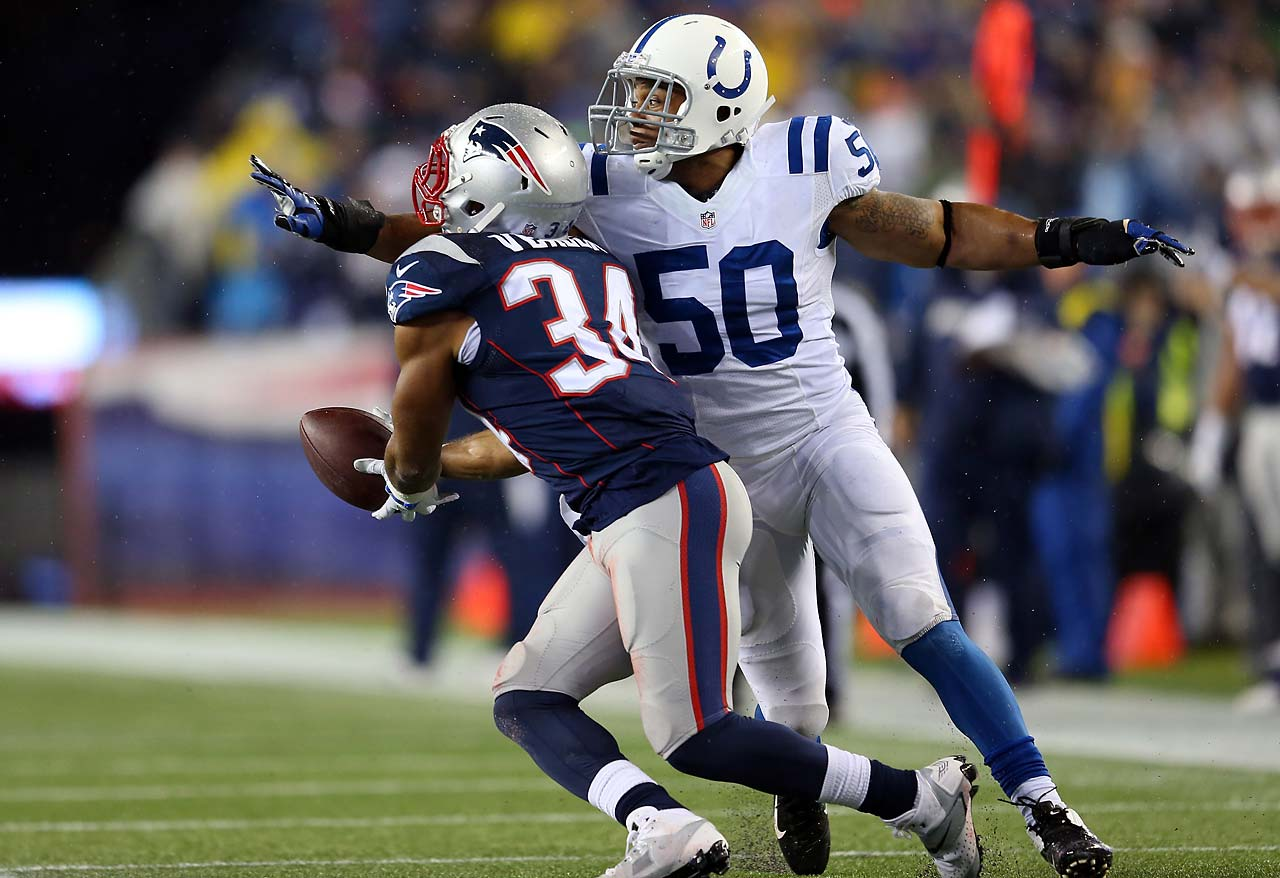 Shane Vereen makes a catch in the first quarter against Jerrell Freeman.