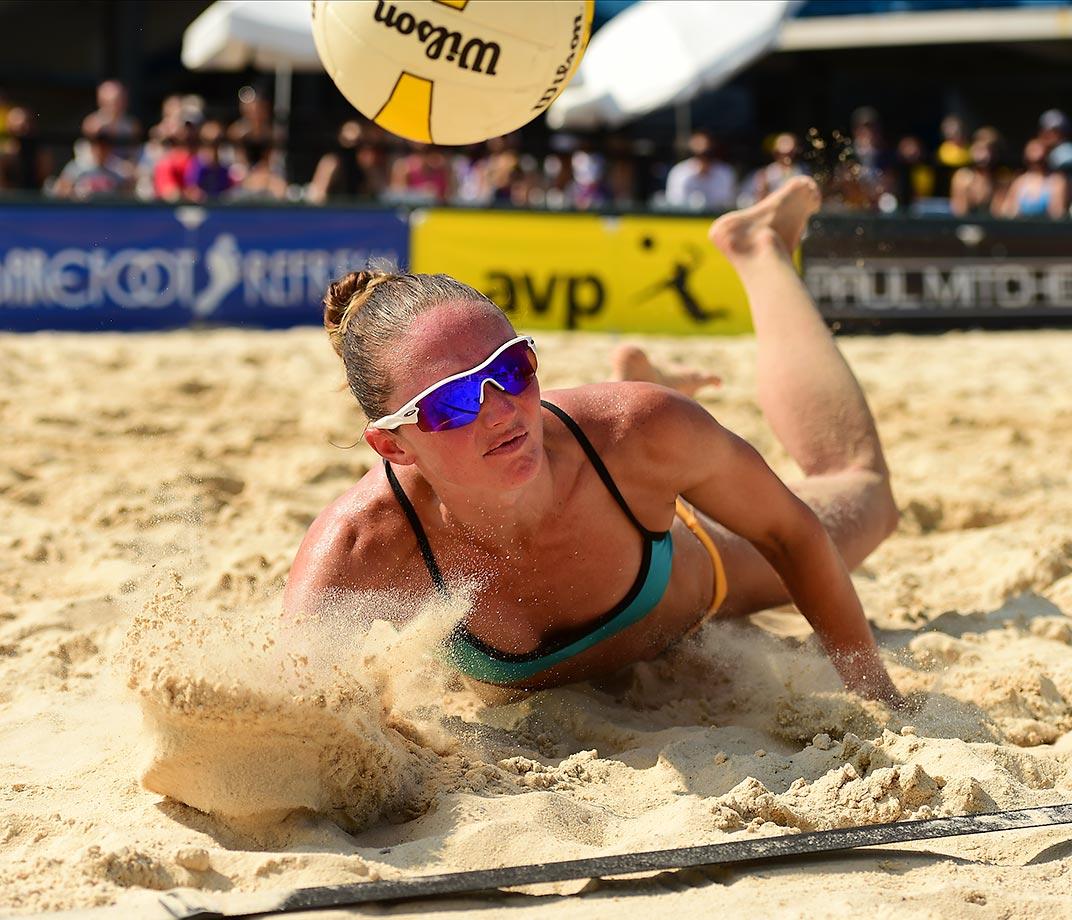 Kristen Hildebrand sand crawling for the ball.