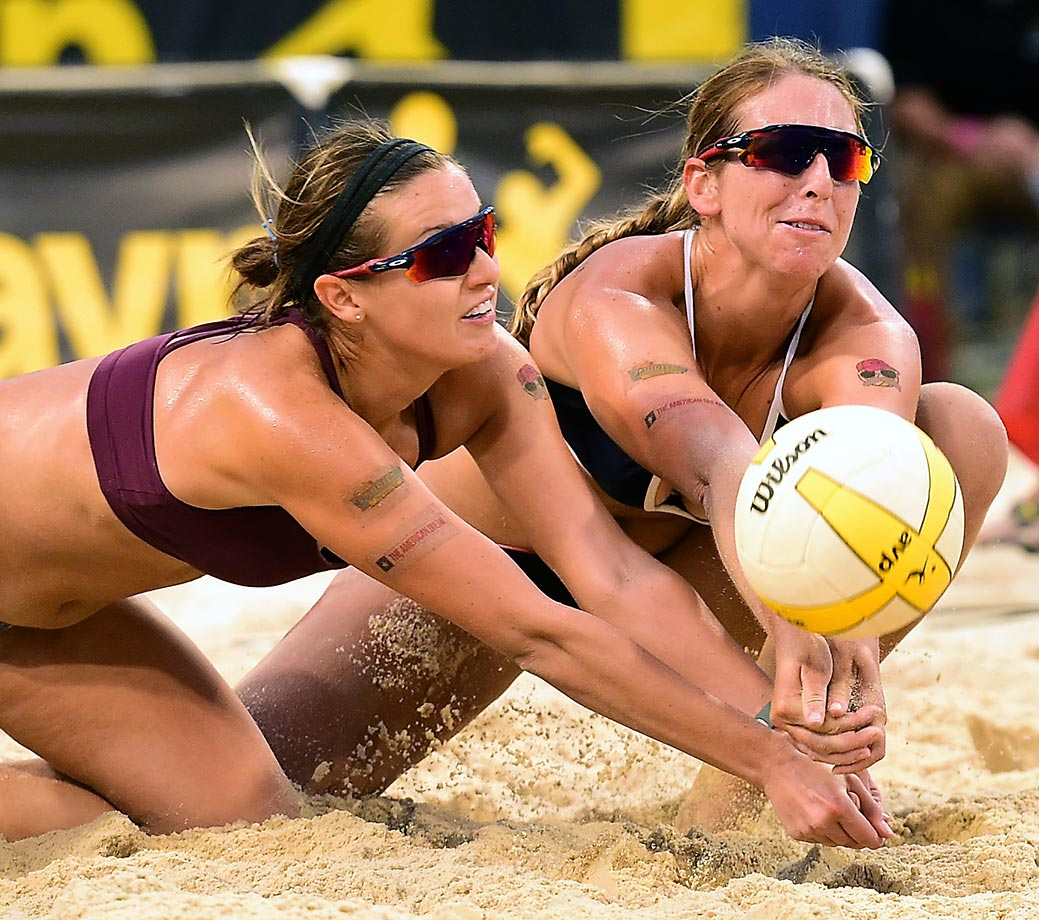 Eventual winners Betsi Metter Flint (left) and Kelley Larsen share a dig en route to the title.