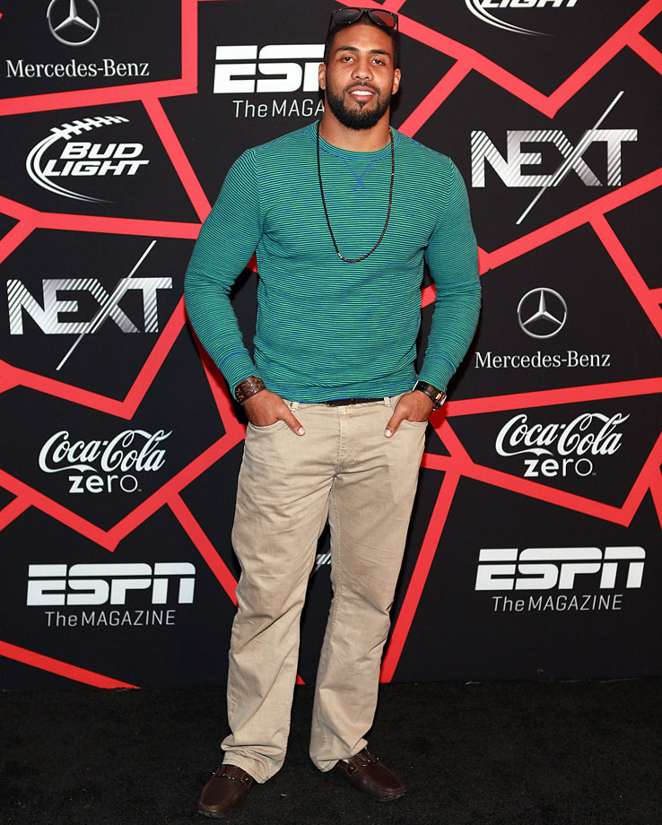 Men of the world: please take a page from Arian Foster's book and embrace accessories. Arian Foster is using accessories here to spice up his sweater and khakis.
