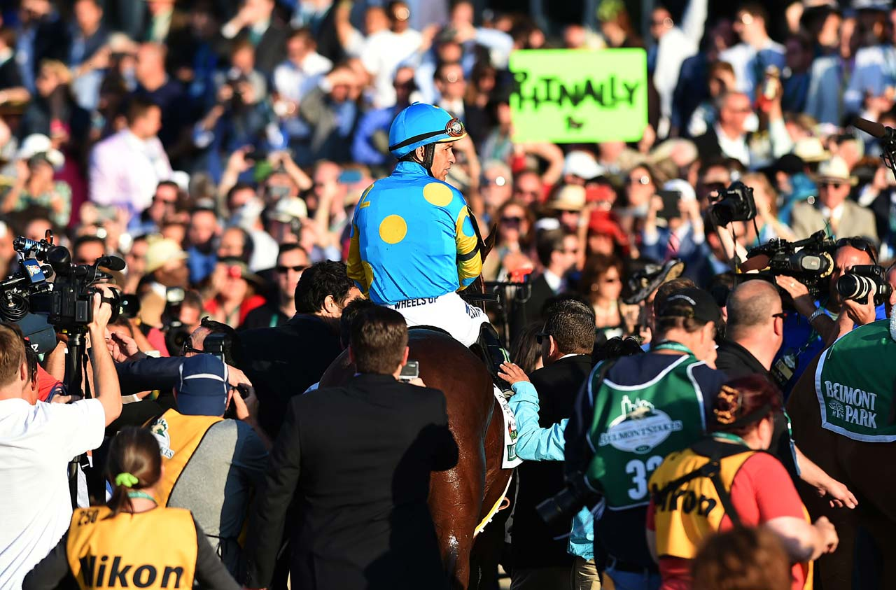 After making his way back to the crowd, Espinoza took American Pharoah nearly the length of the sprawling grandstand so fans could pay their respects to the champion. (Text credit: AP)