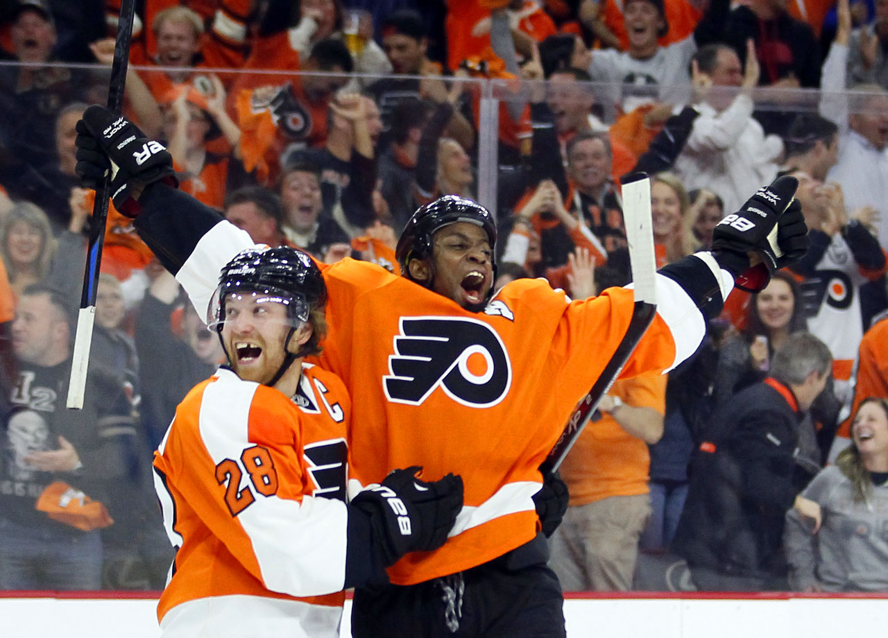 Simmonds and Giroux celebrate after Simmonds scored his second goal 56 seconds after his first against the Devils on Oct. 9 in Philly.