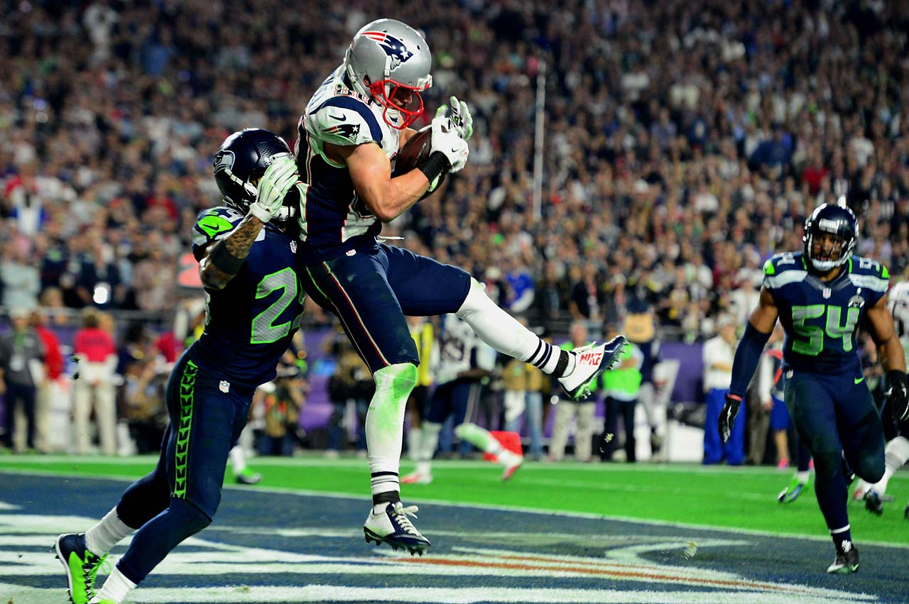 Danny Amendola scores on a four-yard touchdown to pull New England to within three points of the Seahawks, 24-21.