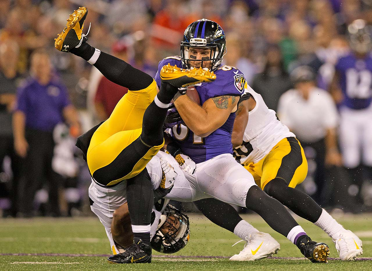Dennis Pitta catches a ball in traffic in Baltimore's win over Pittsburgh