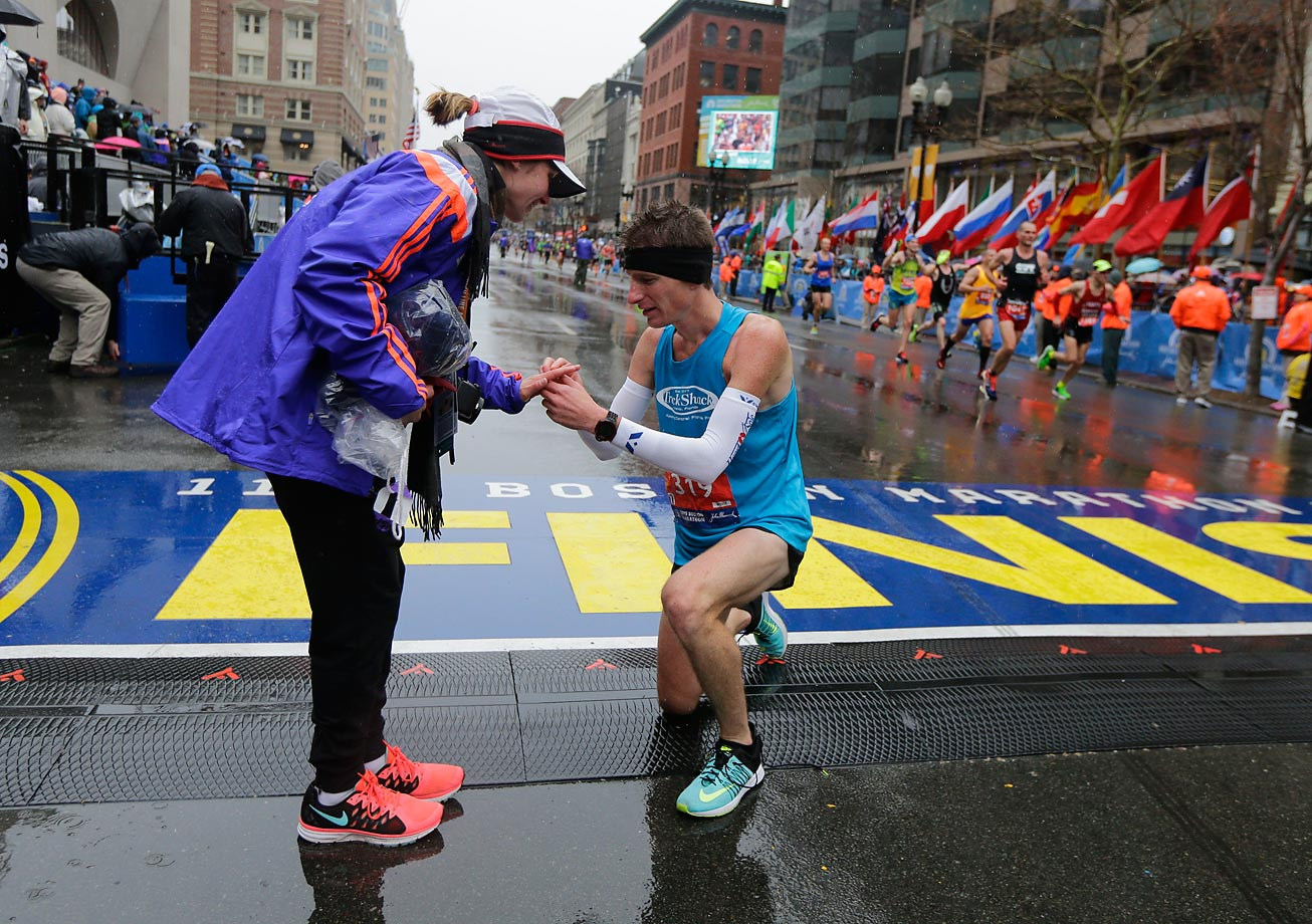 Dustin Hicks proposes marriage to Laura Bowerman after crossing the finish line.