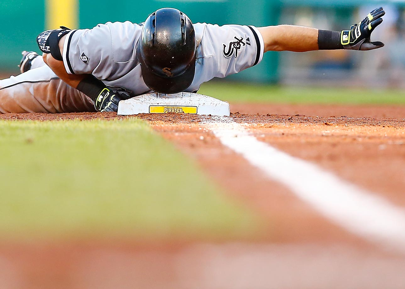 Adam Eaton of the Chicago White Sox gets back to first in time after a fly ball was caught against the Pirates.