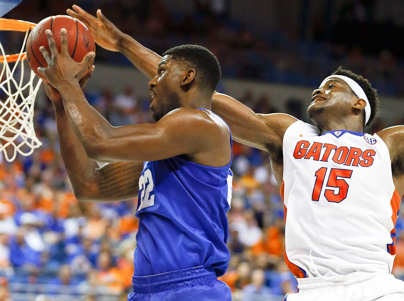 Kentucky's Alex Poythress scores on a drive past Florida center John Egbunu.